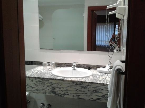 Hotel Sablon: baño (no se ve todo)