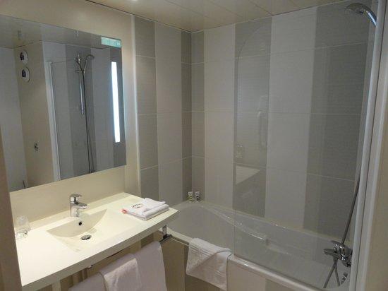 Mercure Paris Porte de Versailles Expo : salle de bain Chambre 323