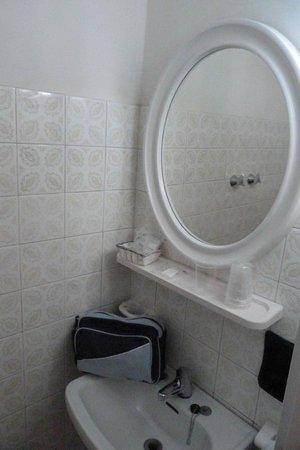Hotel Mondial: Bagno orribile