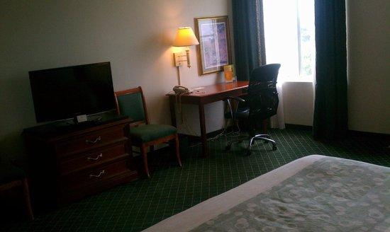 La Quinta Inn & Suites Melbourne : TV and desk