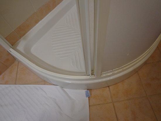 Valamar Club Tamaris : Shower frame is bit worn out (room nr 148)