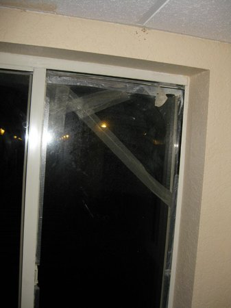 La Quinta Inn & Suites Hot Springs: Broken window held with tape