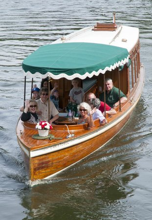 Sonning-on-Thames, UK: All aboard Christobel for an afternoon cruise