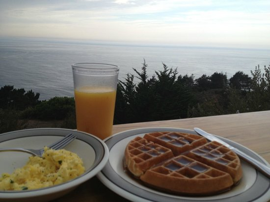 Treebones Resort: breakfast with a view