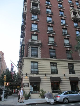 Ramada New York/Eastside: Hotel from outdoors