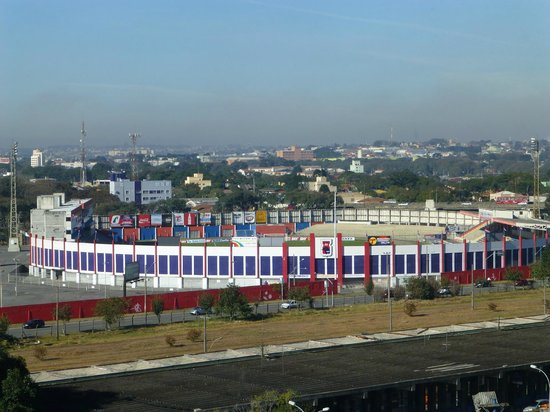 Novo Vernon Hotel: Vista dos quartos de frente, estádio do Paraná.