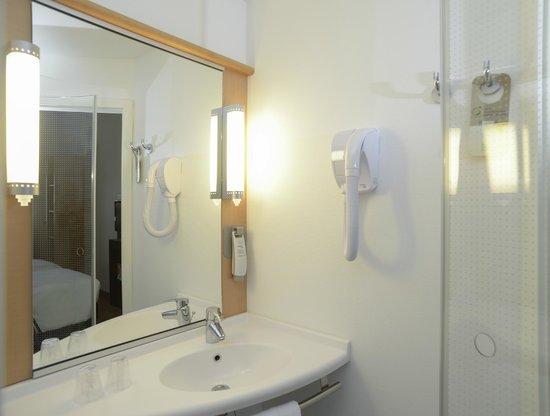 Ibis Guadalajara Expo: Bathroom