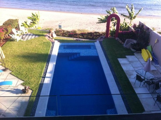 Villa Amor del Mar: Looking down on pool and beach from room