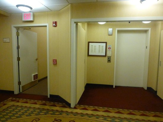 Residence Inn Minneapolis St. Paul/Roseville: One Elevator - stairs to the left