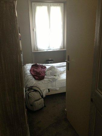 Hotel Oxford: Camera 35, porta bagno aperta, spazio sotto 0