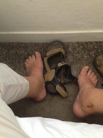 Hotel Oxford: Camera 35, distanza parete letto ..... ho un piede 46.