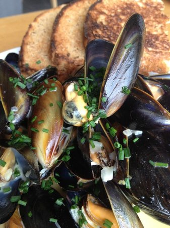The Garden Room Restaurant: Mussels in white wine, garlic and parsley sauce