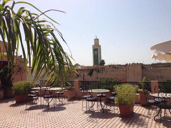 Riad Yacout: La terrasse très agréable donnant sur une place où l'on peut se garer
