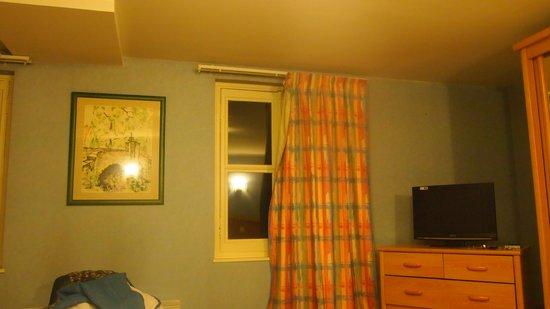 Hotel des Ducs : curtains should always close!