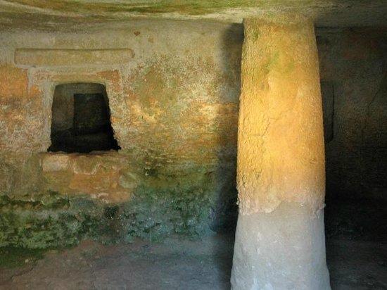 La Necropoli di Anghelu Ruju: one of the chambers at Anghelu Ruju