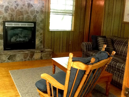 Trackrock Campground and Cabins : Open living room with fire place