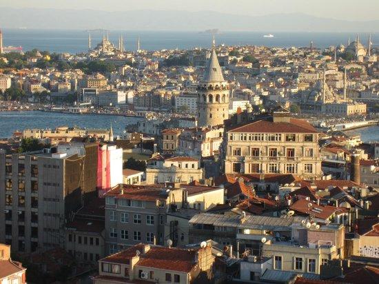 World House Istanbul: The neighborhood - World House Hostel is very near the Galata Tower.