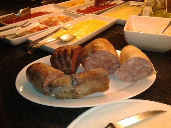 AJ Hotel & Spa: fiambre/embutido casero en el desayuno