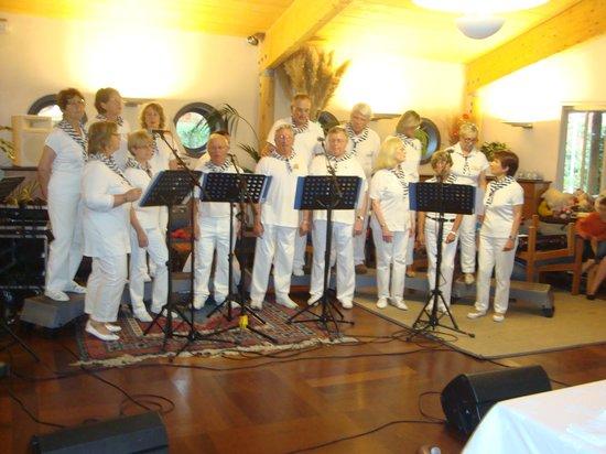 Hotel Les Grenettes : spectacle de chants marins lors du diner