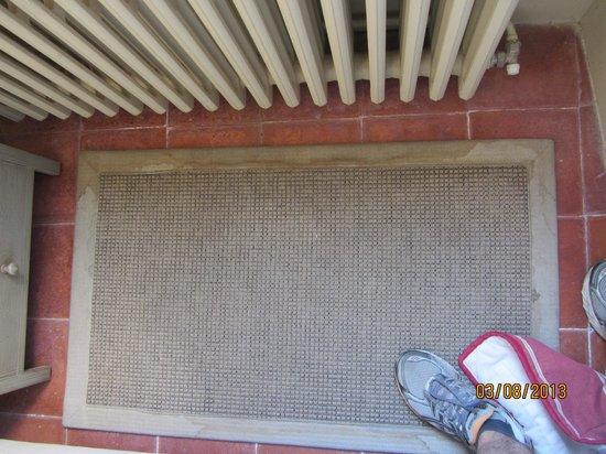 Hotel Abbaye Ecole de Soreze : Etat du tapis au pied du lit ...