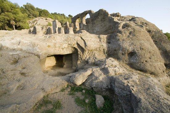 Iglesia Rupestre y Ruinas de Ciudad Umar ibn Hafsun: Vista de la cara oeste de la Iglesia rupestre de Bobastro en Ardales.