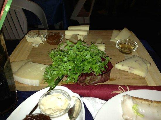 PitBull : Tagliere di formaggi miele e marmellata (12 euro)
