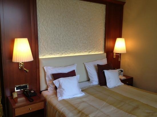 Grand Hotel Hof Ragaz: Lit (chambre confort)