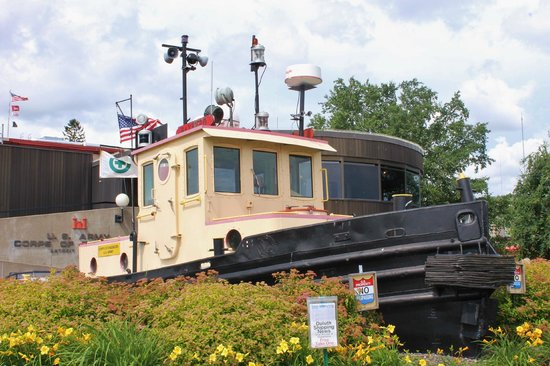 Lakewalk: Wonderful Maritime Museum near the bridge