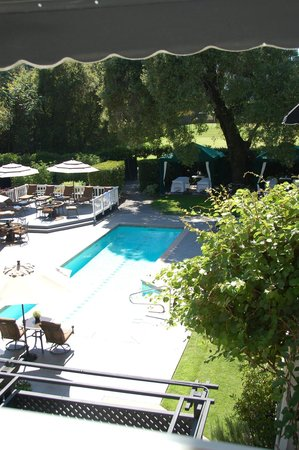 Honor Mansion, A Wine Country Resort: view of the pool area from second floor balcony
