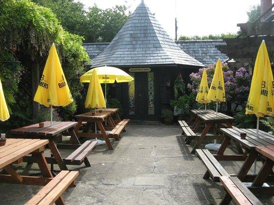 Hoops Inn: Entrance