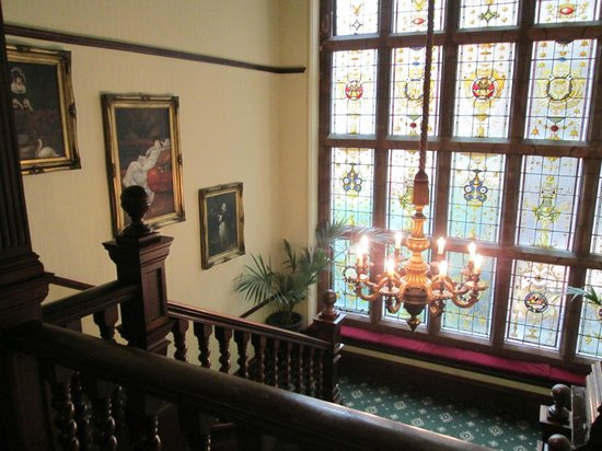 Best Western Plus Burlington Hotel: stairs and stained glass windows