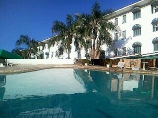 Hotel Monte Real: Fachado do hotel vista da piscina externa