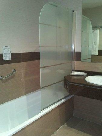 Hotel Bahia de Almunecar: Baño muy limpio y ampio