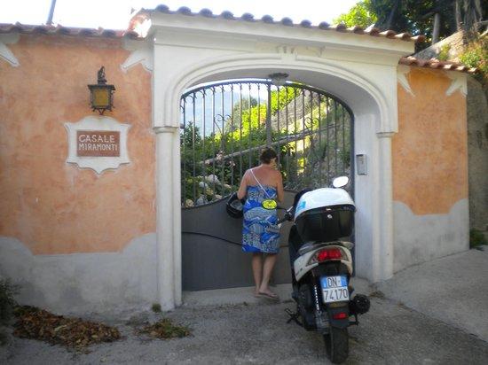 Casale Miramonti : cancello d'ingresso