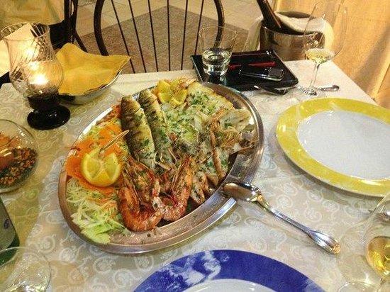 Hotel Riva del Sole : рыбное ассорти в ресторане отеля (не смогли все съесть вдвоем)