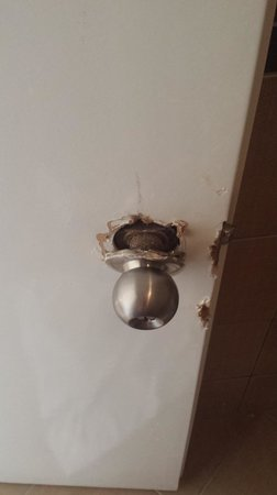 Litera Gumbet Beach Resort: damage to toilet door handle