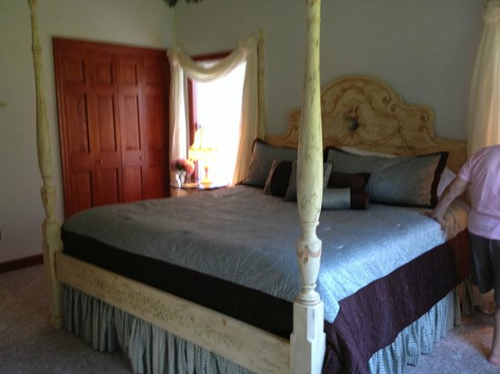 Combsberry Inn Bed and Breakfast: Comfy bed