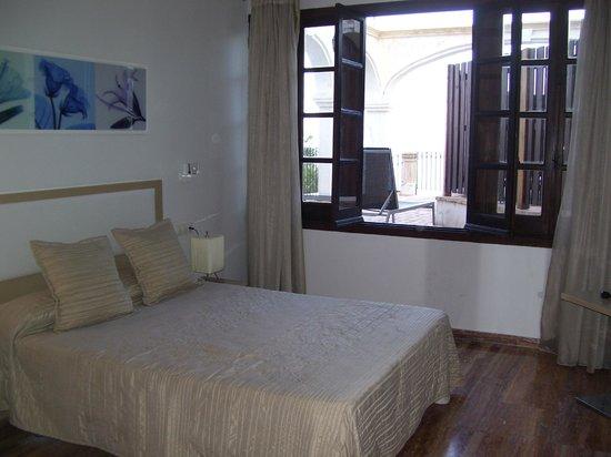 Pueblo Acantilado Suites : chambre spacieuse