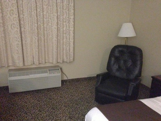 Days Inn Detroit Metropolitan Airport: Recliner, dark room.