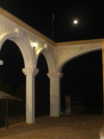 Pueblo Acantilado Suites : arches terrasse de nuit