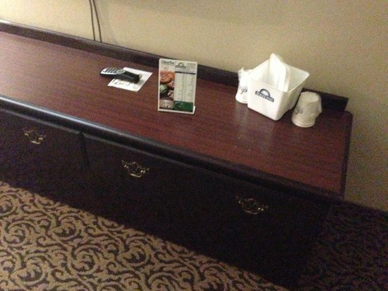 Days Inn & Suites Detroit Metro Airport Romulus: Holes in the dresser.