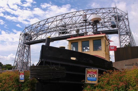 Lake Superior Maritime Visitor Center: Tug boat just outside the entrance under the bridge