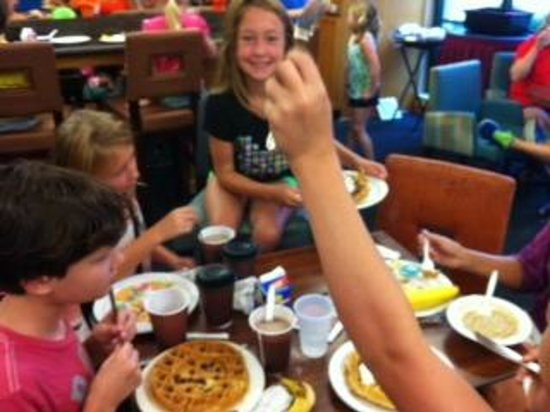 Residence Inn Chattanooga Downtown: Awesome breakfast!  Kids pleased with Waffle Toppings!