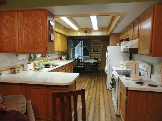 Hoovers Rivers Resort : Large kitchen in Hoover House #1