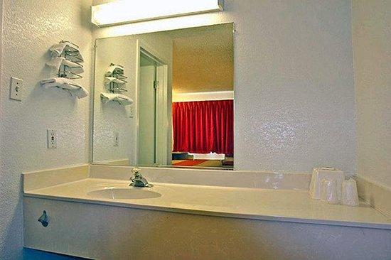 Motel 6 Little Rock - North: Bathroom