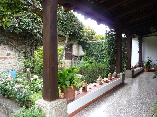 Hostal El Montanes: Front porch