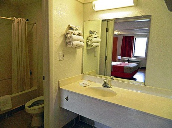 Motel 6 Benton Harbor: MBathroom