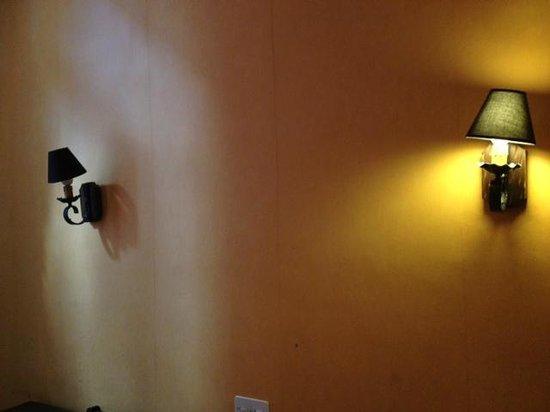 Hotel Saint Trophime: l'applique murale qui marche quand elle a le temps