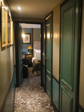 """Hotel Therese: """"foyer"""" leading up to the room.. the green doors are wardrobe and toilet doors.."""