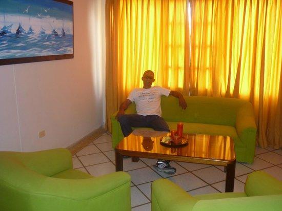 Hotel & Suites Sorrento: sala de habitacion